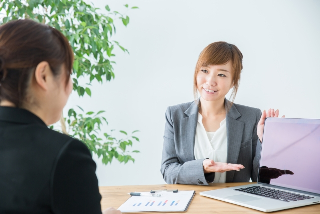 保険説明の女性